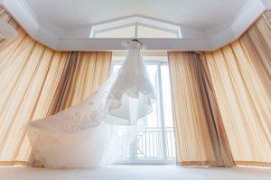 elegancki model sukni ślubnej